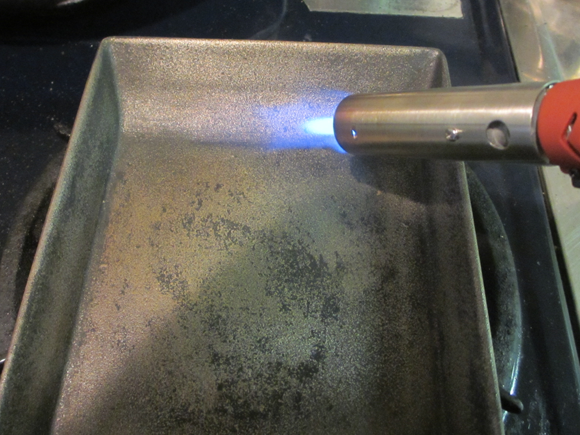 鉄製の卵焼きフライパンを焼き混む